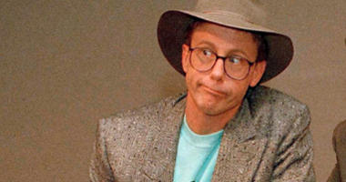 """FILE - In this May 19, 1988, file photo, Harry Anderson poses after a press conference in New York. Authorities said, Monday, April 16, 2018, that actor Harry Anderson of """"Night Court"""" comedy series fame died in North Carolina"""