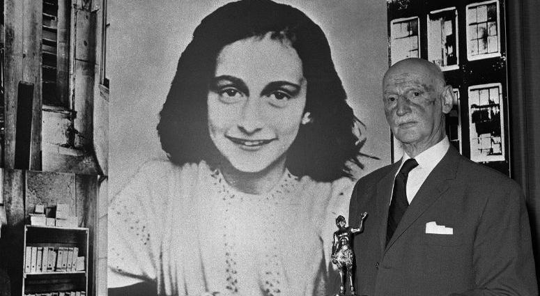 Dr. Otto Frank holds the Golden Pan award, given for the sale of one million copies of the famous paperback 'The Diary of Anne Frank' in London, Great Britain.