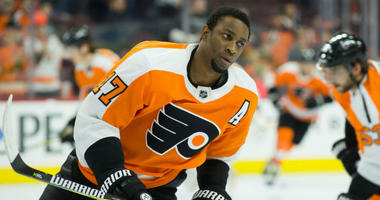 Philadelphia, PA, USA; Philadelphia Flyers right wing Wayne Simmonds (17) warms up.
