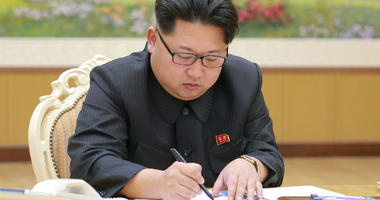 160107) -- PYONGYANG, Jan. 7, 2016 (Xinhua) -- Photo provided by Korean Central News Agency (KCNA) on Jan. 7, 2016 shows top leader of the Democratic People's Republic of Korea (DPRK) Kim Jong Un signing the final written order of the hydrogen bomb test o