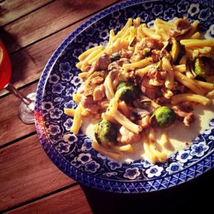 鳥とピスタチオ、芽キャベツのパスタ ゴルゴンゾーラソース