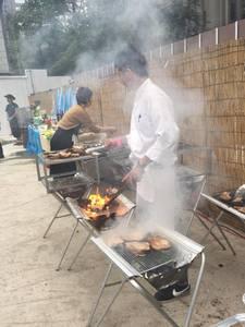 90名のバーベキュー披露宴パーティーの出張料理3