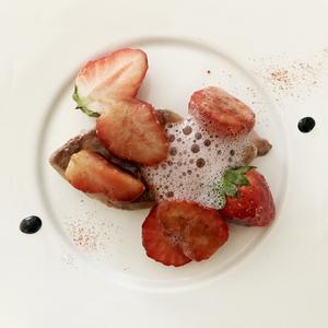 苺をまとった フォワグラのポワレ