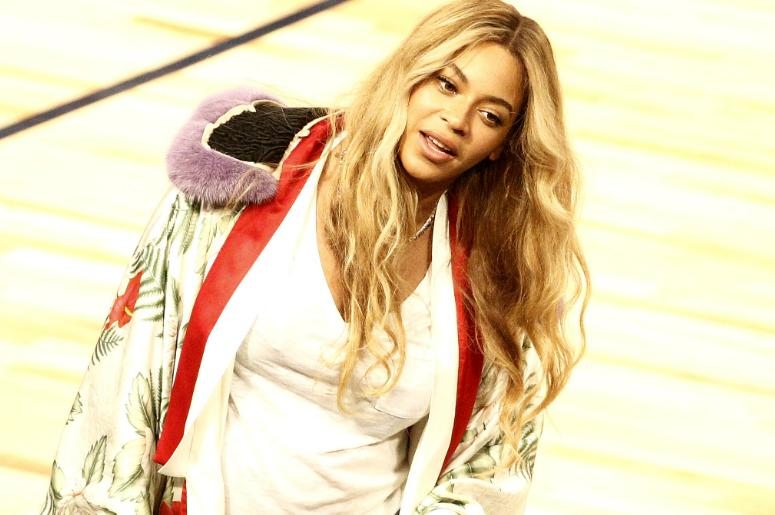 Beyonce talks with Jay Z in the 2017 NBA All-Star Game at Smoothie King Center.