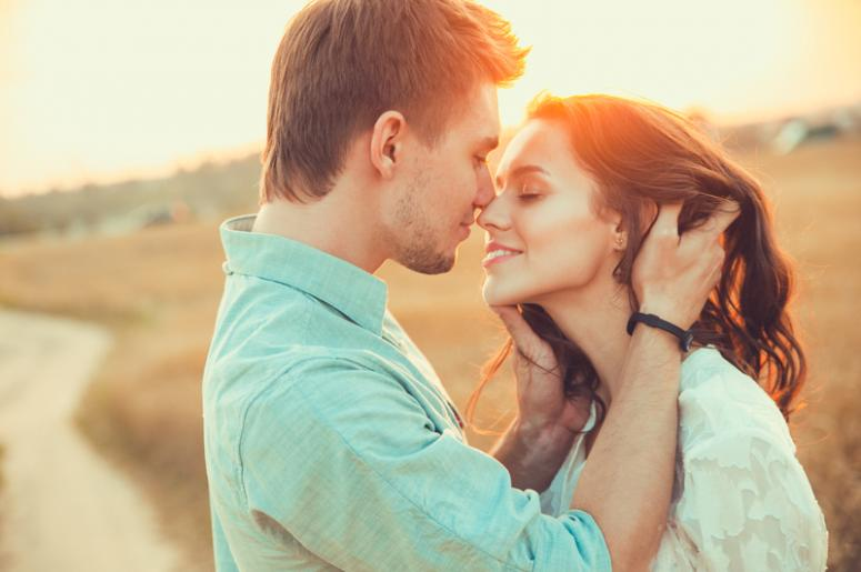 When should a couple have their first kiss