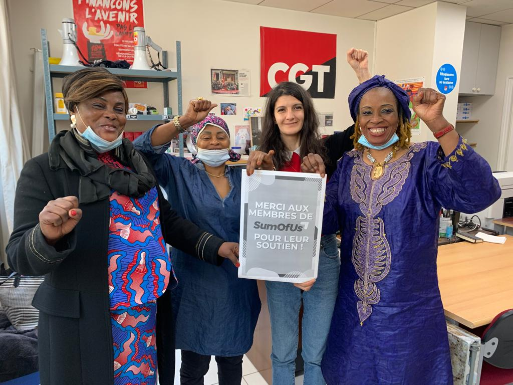 The courageous women working at the Ibis des Batignolles hotel thank SumOfUs members for their support after signing a historic agreement guaranteeing them decent and dignified working conditions ! They're holding a placard thanking SumOfUs members for their support.
