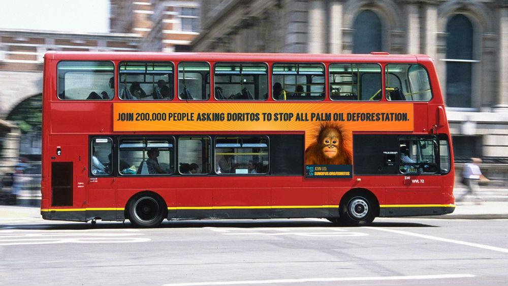 """Anzeige auf einem für London typischen Doppeldeckerbus, die auf die schädlichen Palmöl-Praktiken der PepsiCo Marke """"Doritos"""" aufmerksam macht im Jahr 2015."""