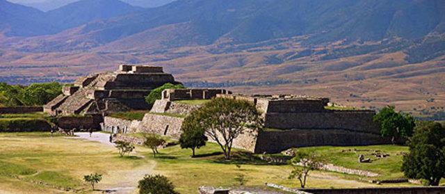En Monte Albán (Oaxaca), se funda una escuela de médica mágica.