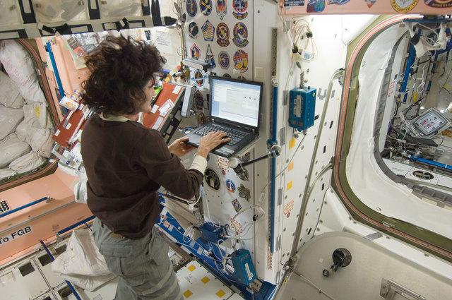 Экипаж Международной космической станции получил Интернет