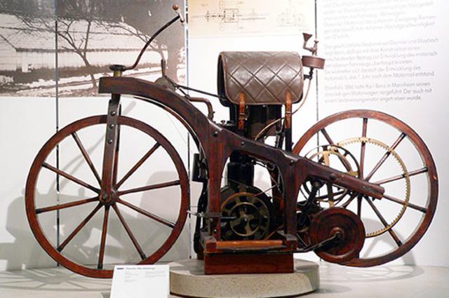 Gottlieb Daimler Første motorcykel med forbrændingsmotor
