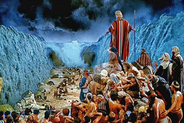 Moisés separa las aguas en dos