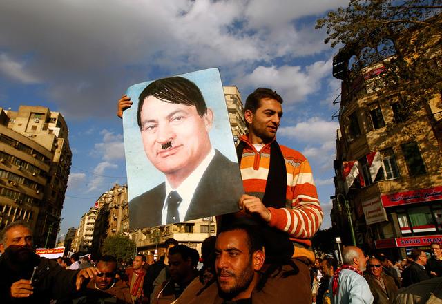 Mubarak trækker sig fra sin post
