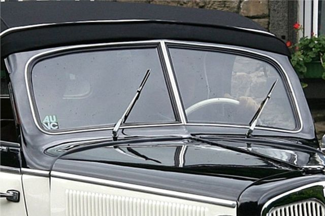 First windscreen wipers fitted to a motorcar