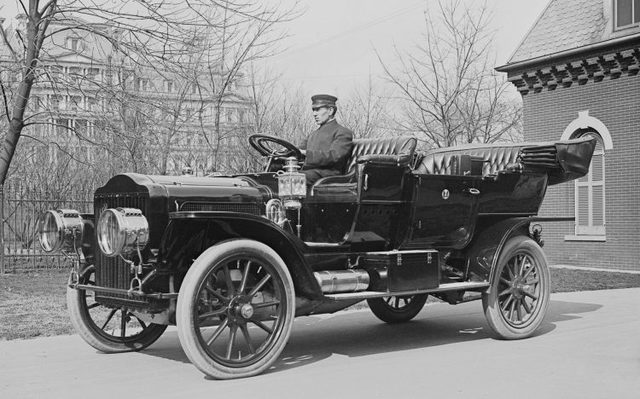Snubbed chassis and box-like wheelbase of the Model T
