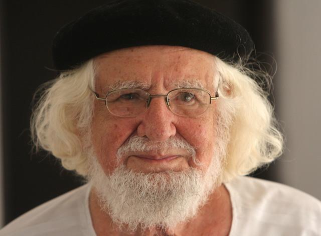 Ernesto Cardenal, nació en Granada el año 1925, poeta nicaragùence.e