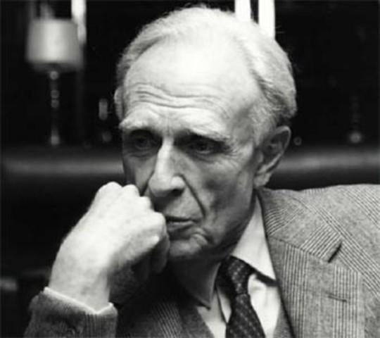 Adolfo Bioy Casares, nació en Argentina en 1914 y falleciò en 1999. fue poeta, autor y escritor.
