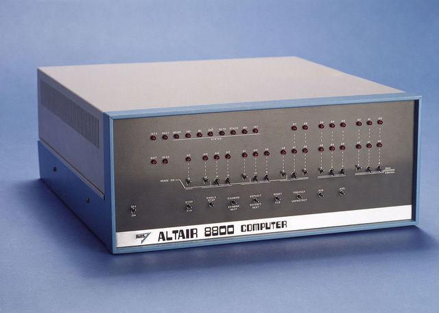 anunció la computadora Altair 8800,basada en un microprocesador Intel 8080.