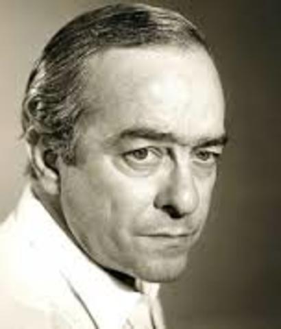 Vinicius de Moraes, nació el 19 de octubre de 1913 en Brasil, y falleció el 9 de julio de 1980 en el mismo lugar. Fue cantautor y escritor.