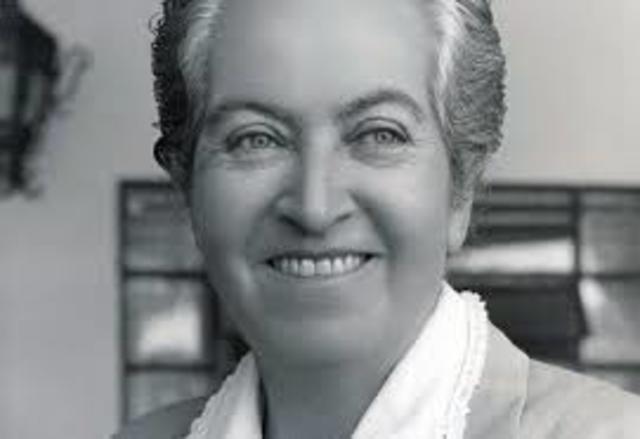 Gabriela Mistral, nació en Chile el 7 de abril de 1889, y falleció el 10 de enero de 1957 en Estados Unidos. Fue poeta, pedagoga, y diplomática.