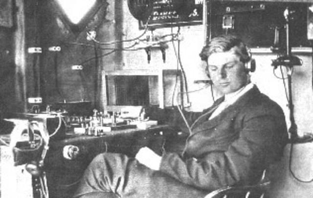1915, Se hacen experimentos con radio difusión AM