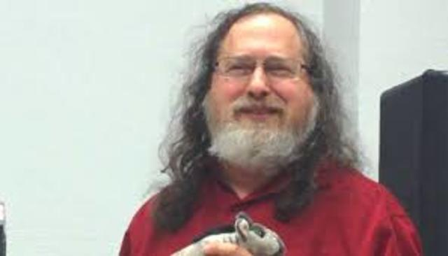 Richard Stallman crea el proyecto GNU.
