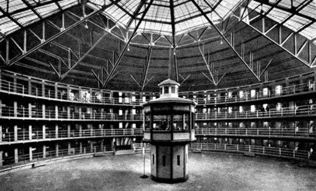 """Se funda, la Casa Correccional de Santiago, una """"casa de objeto público"""" que se inspira en las modernas ideas del castigo y el control social, de Jeremy Bentham. (El panóptico)."""