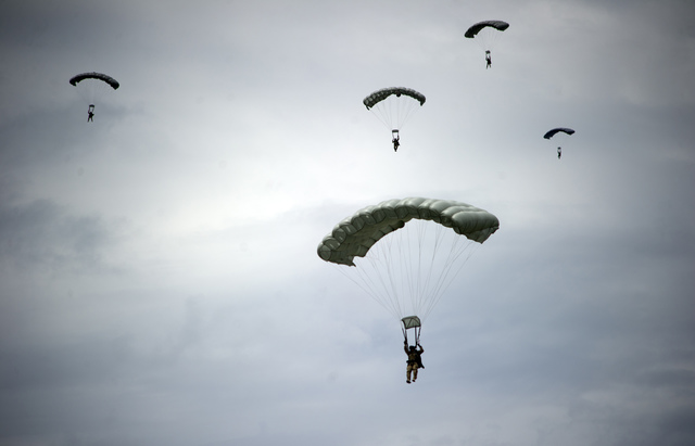 Falla la calidad de paracaídas de soldados