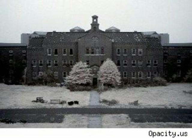 La primera escuela de enfermería en un asilo se fundó en el asilo McLean en Massachusetts.
