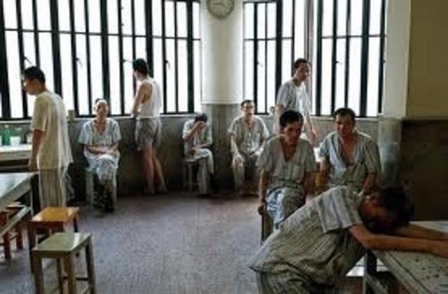 Cuando la Iglesia dejó de atender a los insanos, se les encerró en hospicios:una combinación de cárcel y asilo.