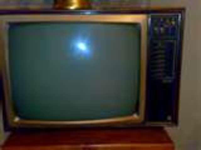 Aparece el televisor. Todos enganchados al 123 responda otra vez