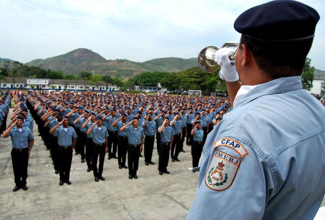 Formatura de 1.300 policiais da paz