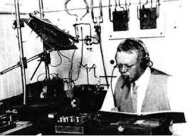 Reginal A. Fessenden transmite palabras sin cable.