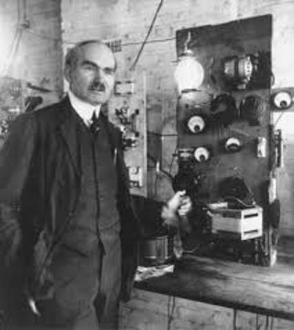 Lee de Forest inventa el Audion, bulbo electrónico tríodo, que vino a ser el corazón de la radiodifusión.