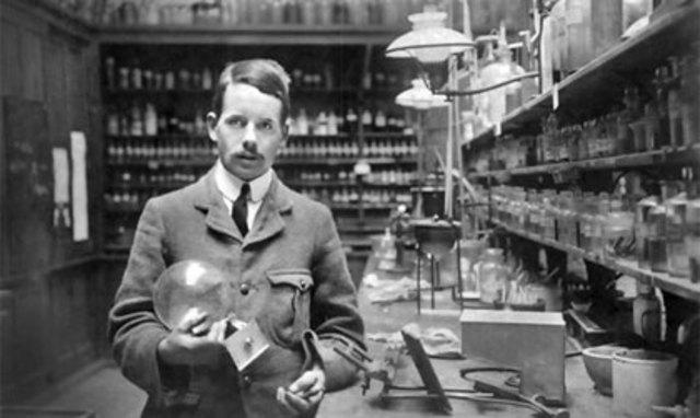 Henry Moseley, sobre la base de una idea previa de Van den Broek