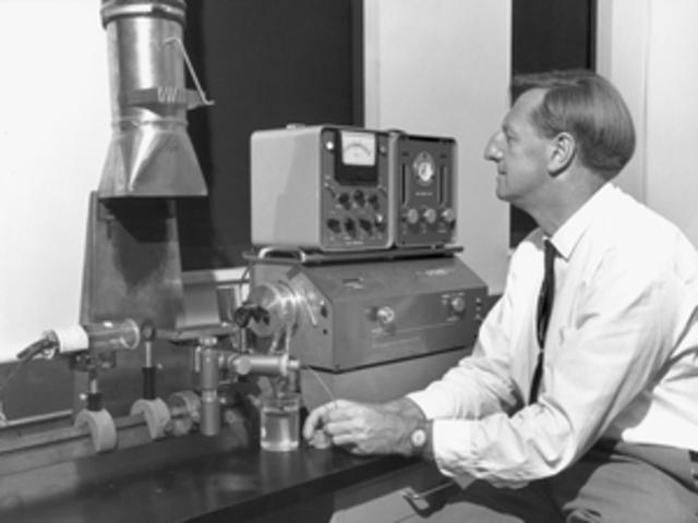 Alan Walsh inicia el campo de la espectroscopia de absorción atómica