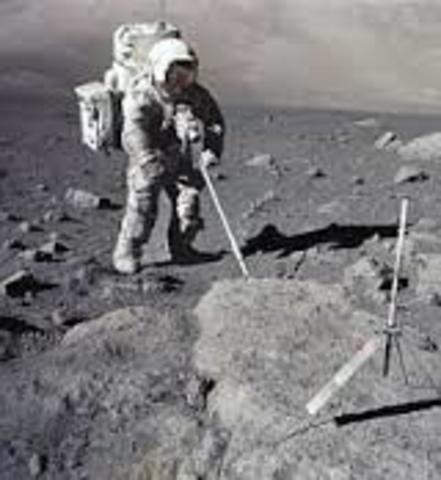 Transmisión por televisión de las primeras imágenes enviadas por el hombre desde la luna.