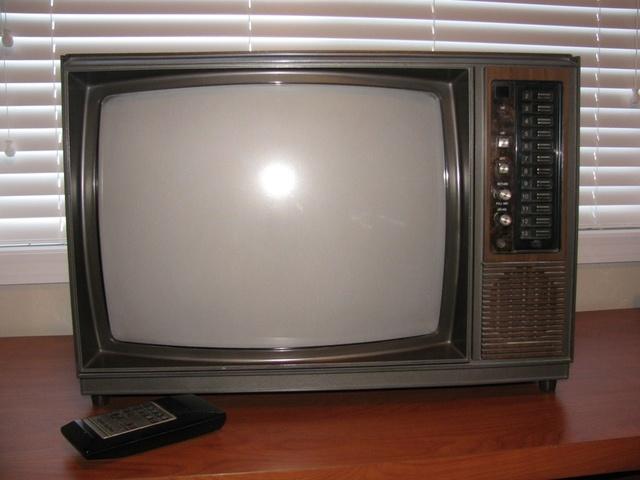 Se comercializan los primeros televisores en color de 35 pulgadas