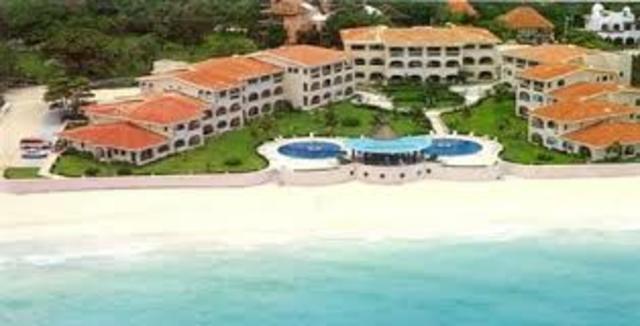 Inicio de los primeros hoteles en las zonas de playa