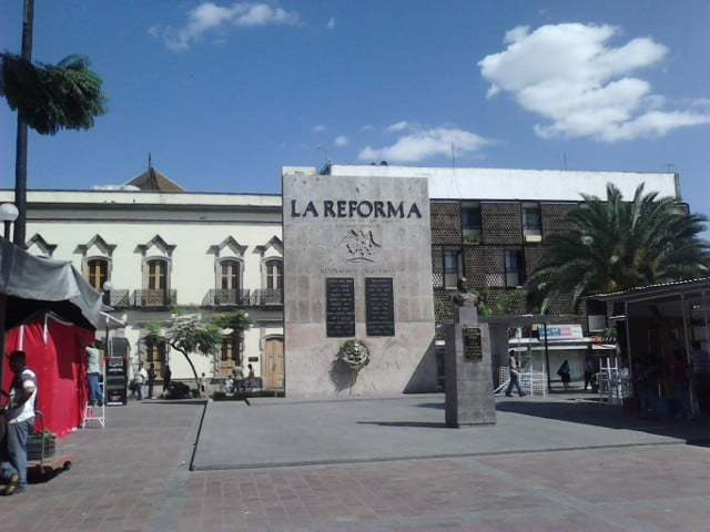 Se crea Plaza de la reforma y la estatua de Benito Juárez