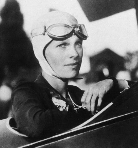 Amelia Earhart desaparece en el Océano Pacífico