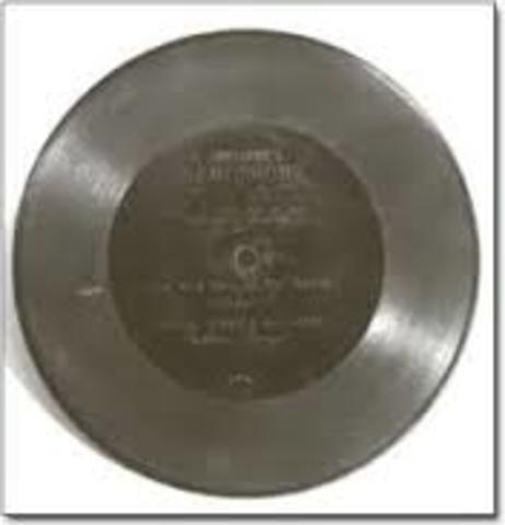 Comienza a fabricar discos de 7 pulgadas.