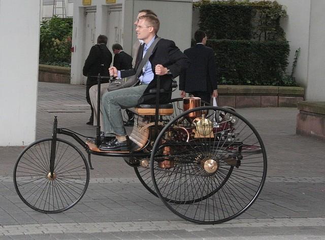 Primer vehículo automóvil