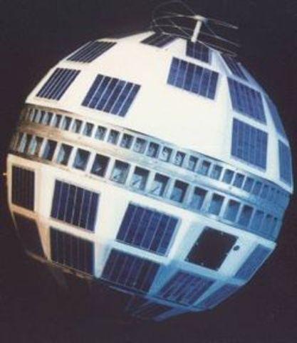 Primer satélite comercial.