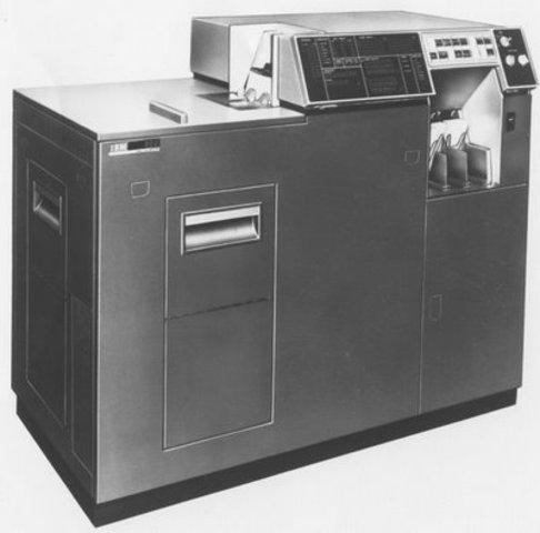 IBM inicia el uso de terminales conectados a un ordenador central.