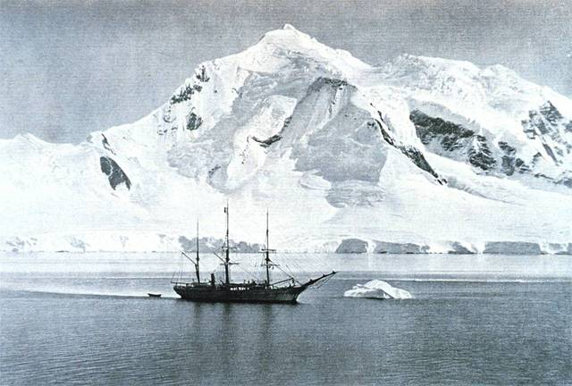 Amundsens team of 5 men and 52 dogs set off.