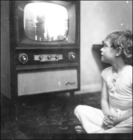1927 Philo Taylor Farnsworth desarrolló el disector de imagen el 7 de septiembre de 1927 retransmitió la primera señal.