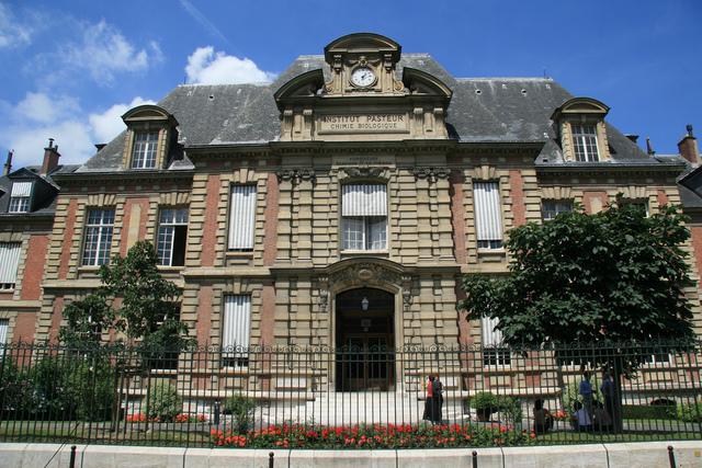 לואי פסטר מקים בפאריס, צרפת, מכון מחקר על שמו