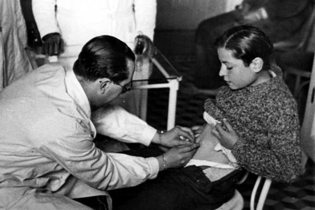 PASTEUR Y EL PERRO RABIOSO: Crea la primera vacuna contra la hidrofobia y  es aplicada en humanos con resultados exitosos.