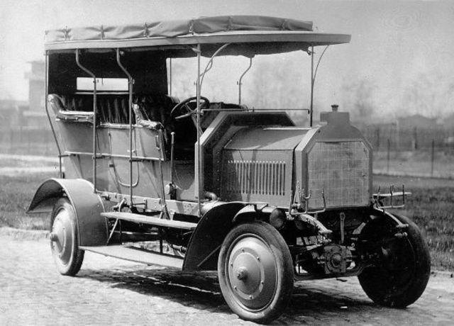 vehículo de cuatro ruedas con motor de combustión interna