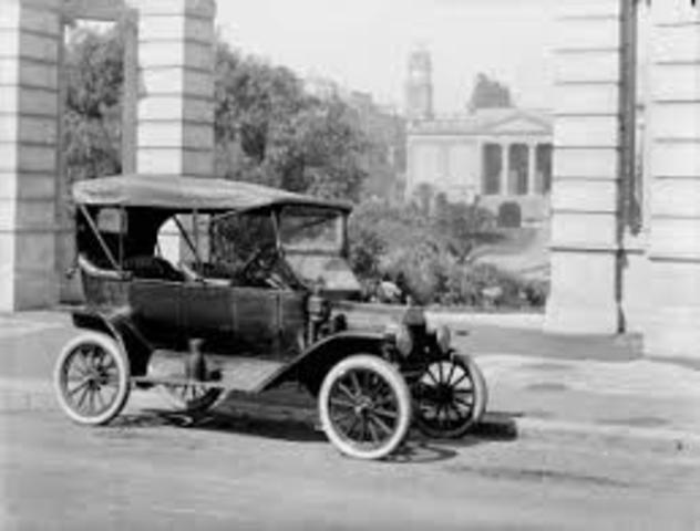 primer vehículo con llantas de acero
